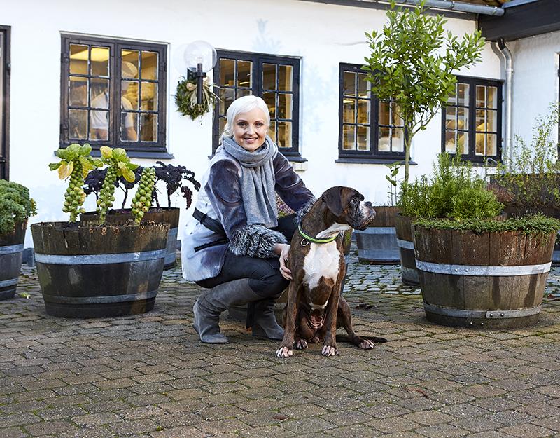 Mai Manniche med sin hund i NORD Magasinet