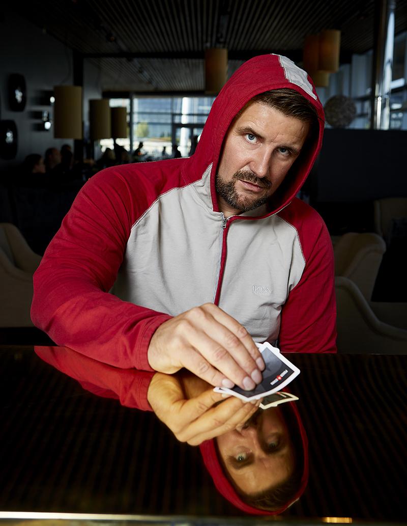 Mand spiller poker ved et bord