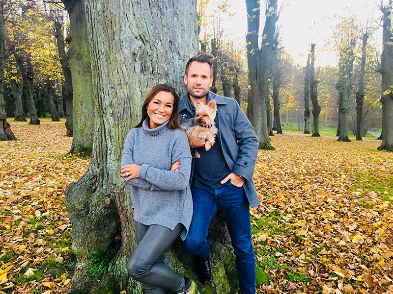 Martina S. Banach poserer foran kameraet sammen med sin mand