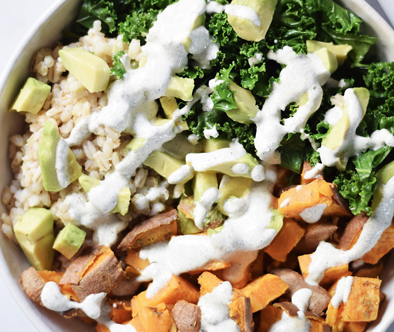 Vegansk – Salat bowl med søde kartofler,  grønkål og hampe-dild dressing