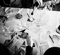 Champagnesmagning og trav på Charlottenlund Travbane søndag den 27. marts 2016. Arrangeret af butikken Vintage Champagne kan gæsterne smage på 8 champagner, mens de satser på de forskellige løb op af dagen.