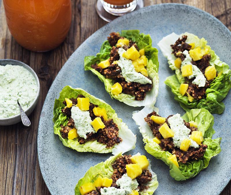 Veganske Hverdagsretter – Salatbåde med valnøddefyld, mango og cashew-korianderdip
