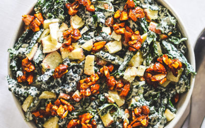 Veganske Hverdagsretter – Kålsalat med cremet dressing, æble og karamelliserede mandler
