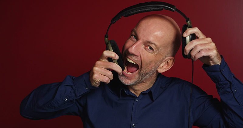 """DJ Kenny – At se gæster danse og feste er  mit drug"""""""