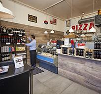 Inde i Pizza Laluccis butik