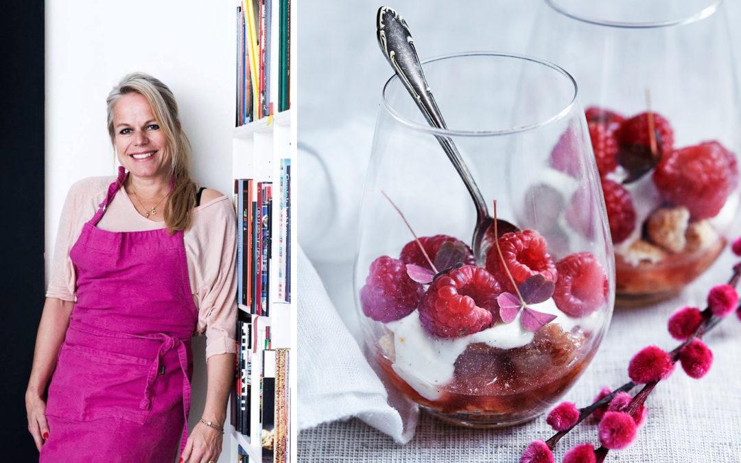 Panna cotta med syltede rabarber & friske bær