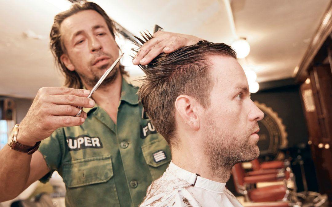 Jonas fik en retro business-cut hos Carls barber shop